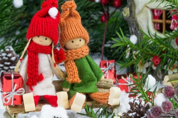 Muñequitas junto al árbol de Navidad