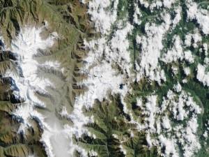 Postal: Montañas nevadas vistas desde el espacio
