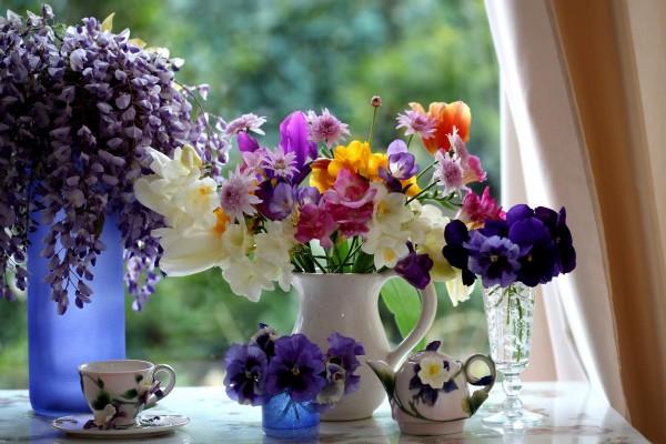 Flores junto a la ventana