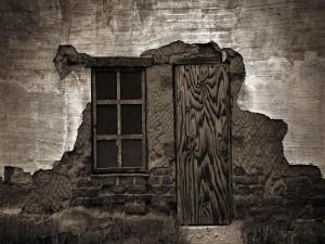 Postal: Puerta de madera y ventana