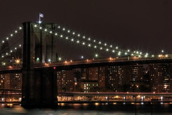 Puente de Brooklyn iluminado en la noche