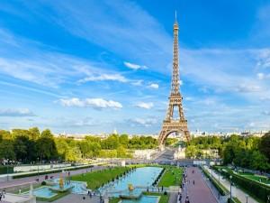 Gente cerca de la Torre Eiffel en París