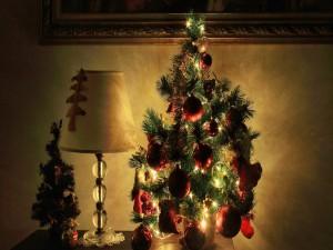 Postal: Árbol de Navidad junto a una lámpara de mesa