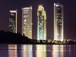 Postal: Rascacielos iluminados en la noche