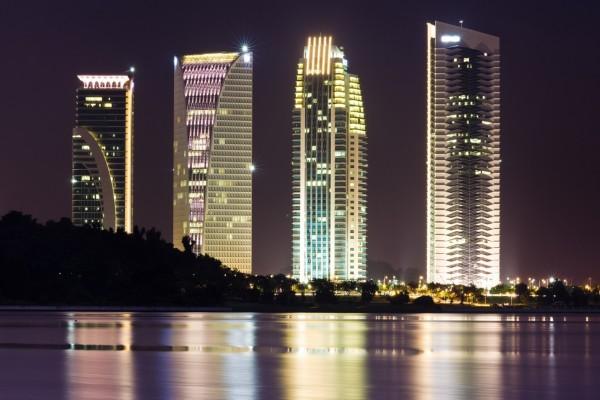 Rascacielos iluminados en la noche