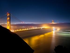 Un gran puente iluminado en la noche