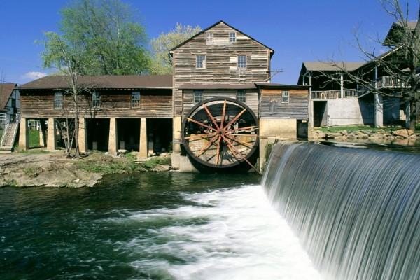Molino de agua en una casa de madera