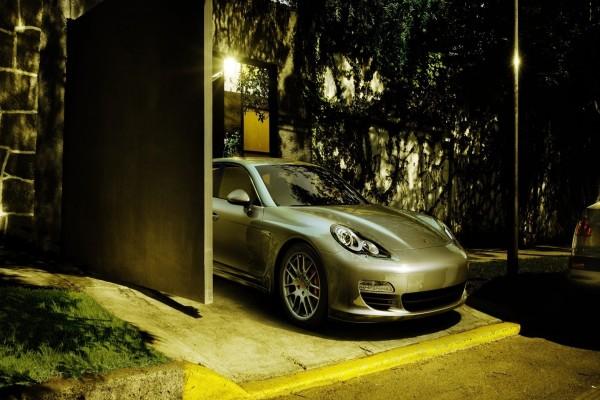 Porsche en la entrada del garaje
