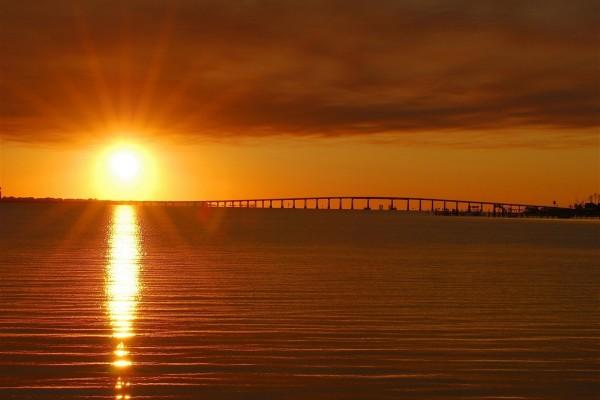 Sale el sol e ilumina el agua