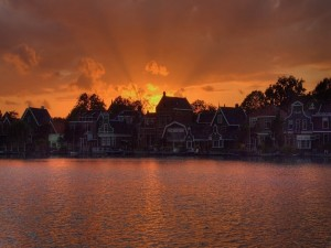 Postal: Casas en el lago al atardecer