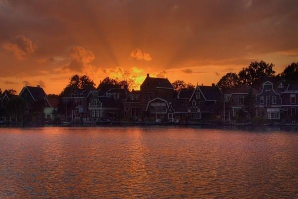 Casas en el lago al atardecer
