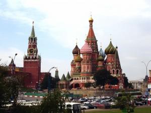 Postal: La Catedral de San Basilio y la Torre Spasskaya (Moscú)