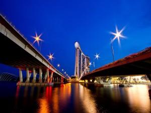 Puentes en la noche de Singapur