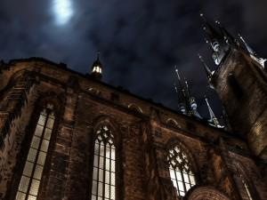 Postal: La luna en el cielo sobre la catedral