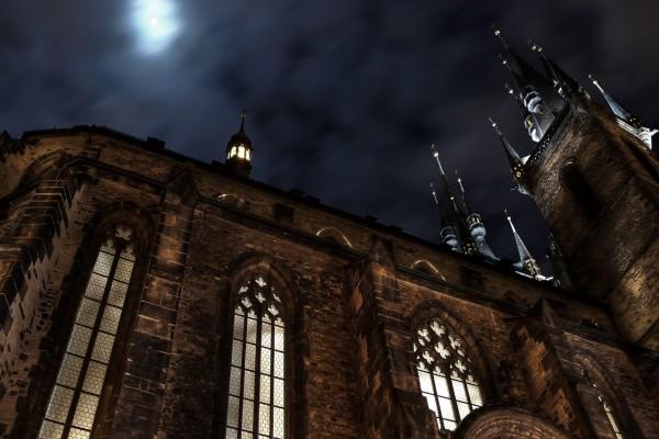 La luna en el cielo sobre la catedral