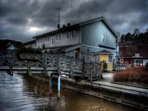 Pequeña escalera en el puente de madera