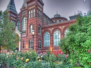 Postal: Flores y plantas en el jardín del edificio