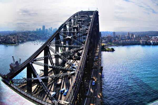 Obreros en la parte superior del puente