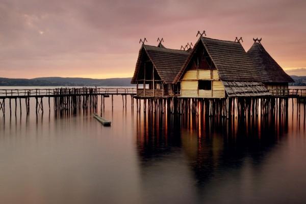 Pequeñas casas en el agua