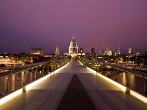 Postal: Personas caminando en el Puente del Milenio (Londres)