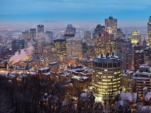 Frío en la ciudad al anochecer