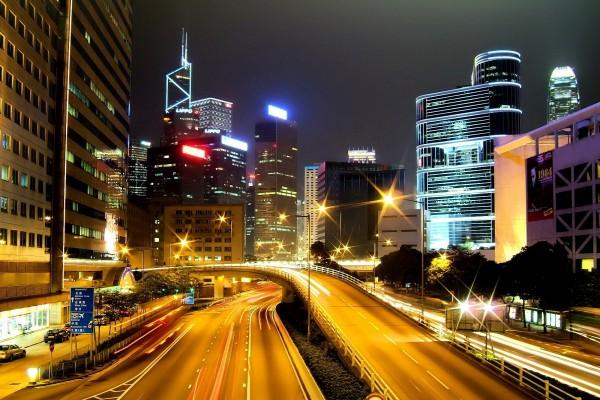 Carretera en la noche de una ciudad oriental