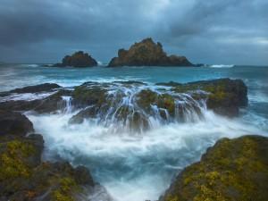 El agua del mar sobre las rocas