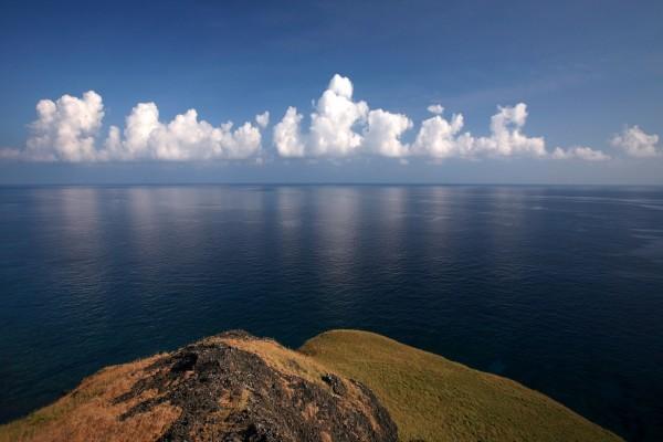 Nubes blancas cerca del mar