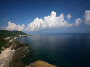 Nubes blancas cerca de la costa