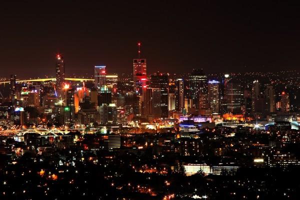 Luces en las calles y edificios de la ciudad