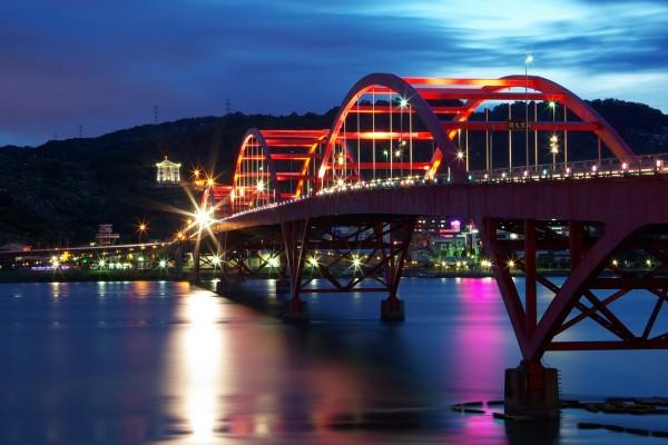 Puente Guandu en Taiwán iluminado por la noche