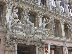 Postal: Estatuas en la fachada de un edificio