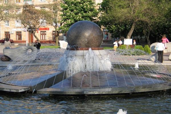 Fuente con una gran bola en el centro