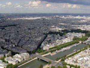 Postal: Vista de un río en la gran ciudad