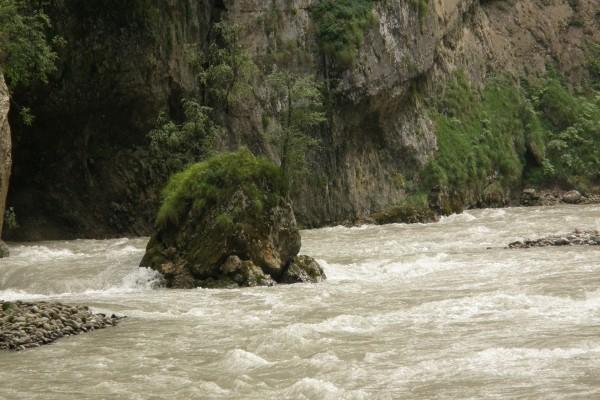 Roca en el río