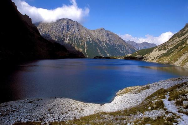 Lago azul entre montañas