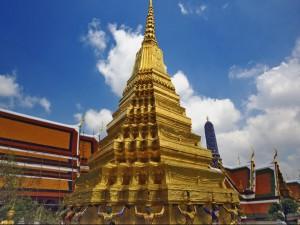Estatuas en la base de la pirámide dorada