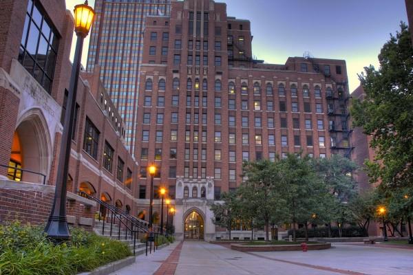 Plaza entre edificios