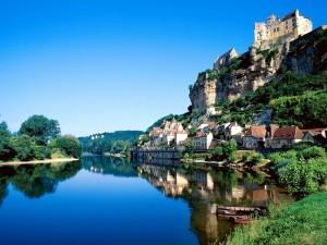 El río Dordoña y la comuna Beynac-et-Cazenac (Francia)