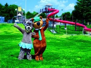 El oso Yogui y su novia en un parque acuático
