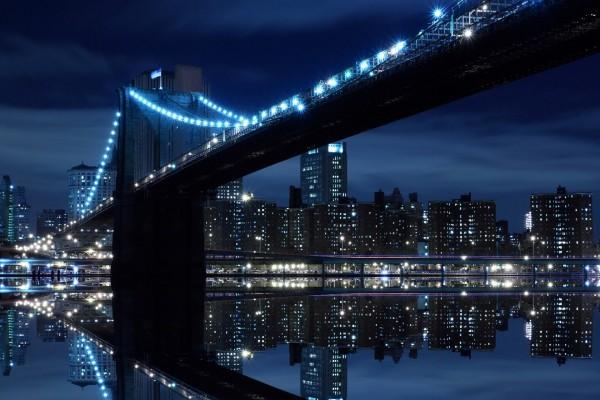 Rascacielos y el puente iluminados