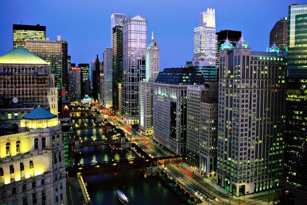 Río Chicago visto por la noche