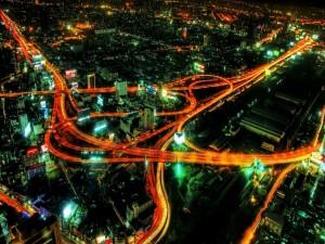 Vista de una gran carretera iluminada