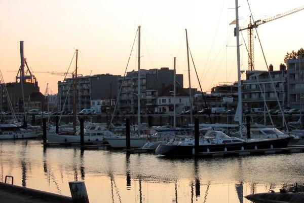 Barcos en el puerto al atardecer