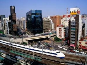 Trenes y coches en la ciudad