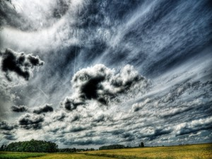 Cielo con nubes sobre el campo