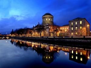 Edificio reflejado en el río por la noche