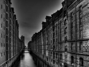 Agua entre los edificios antiguos