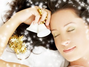 Mujer con campanillas de Navidad en la mano