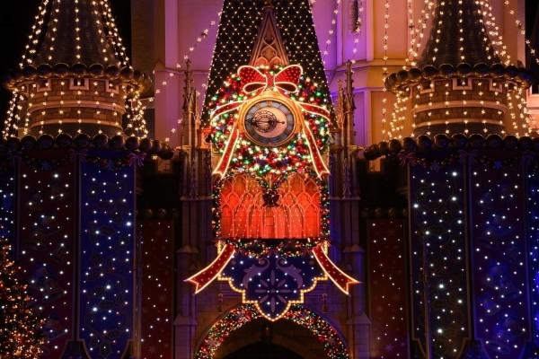 Bonito edificio decorado con luces de Navidad